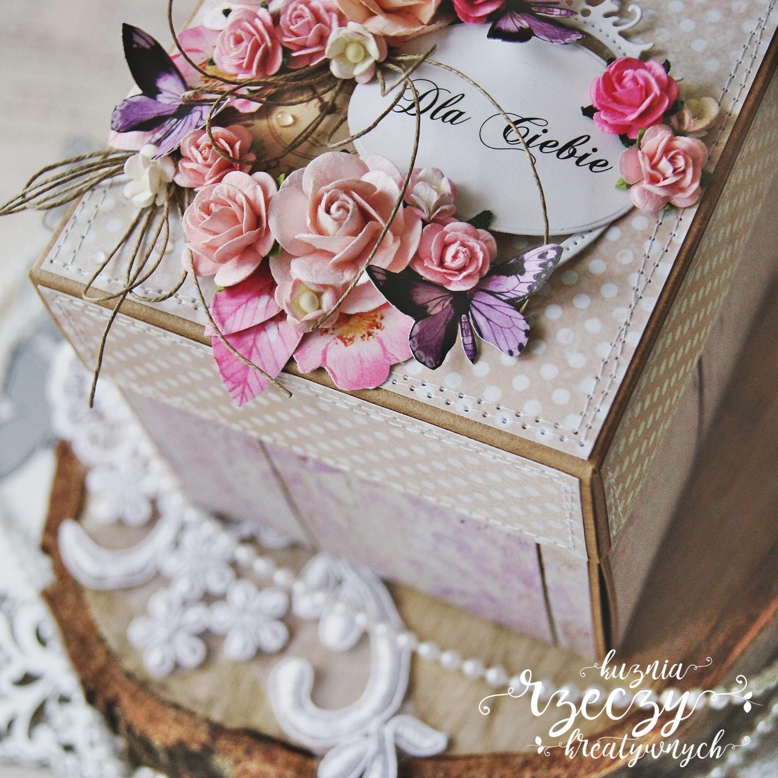 Piękny, ukwiecony exploding box z okazji urodzin.