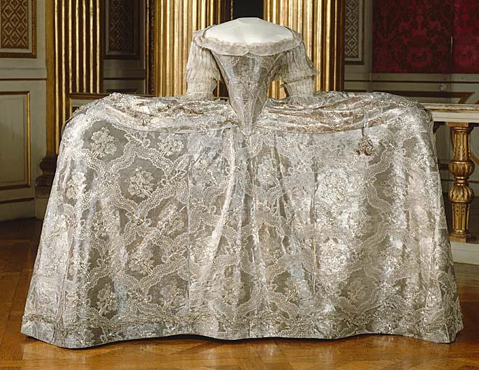 ... il 4 novembre 1766 col futuro Gustavo III di Svezia. Anche in questo  caso questo vestito ci fornisce un ottimo esempio di abito da sposa  dell epoca  02f2650c081