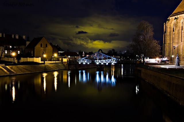 Łuna światła z Siechnic widziana z Mostów Młyńskich we Wrocławiu