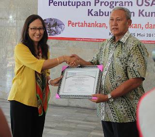 Koordinator USAID PRIORITAS Jawa Barat Erna Irnawati sampaikan penghargaan USAID kepada Bupati atas komitmennya mendukung keberhasilan program (25/5)