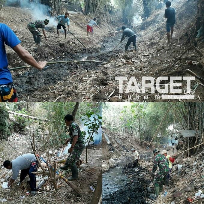 Mencegah Demam Berdarah, Danramil Margorejo Berjibaku Bersihkan Sungai Dan Sampah Bersama Warga