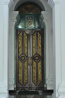 Pintu masuk bangunan utama masjid agung palembang