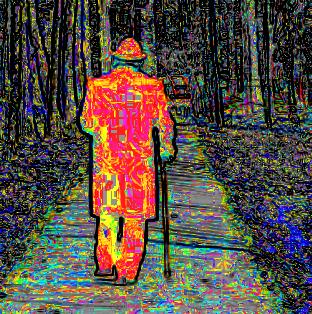 Torzított színű, ködös, pixeles képen egy szép öregember halad a parkban szürke fák közt, botra támaszkodva, kora miatt néha megpihen közben.