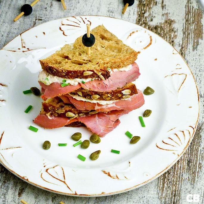 Sandwich met tonijnsalade en pastrami