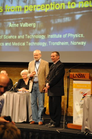Arne Valberg receives Judd Medal from Jose Caivano