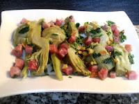 Alcachofas salteadas con jamón y perejil en plato de presentación