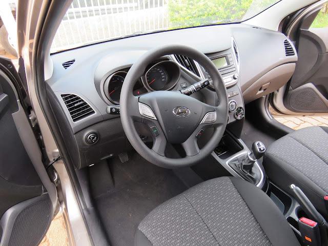 novo Hyundai HB20 Turbo 2017 - interior - espaço na dianteira