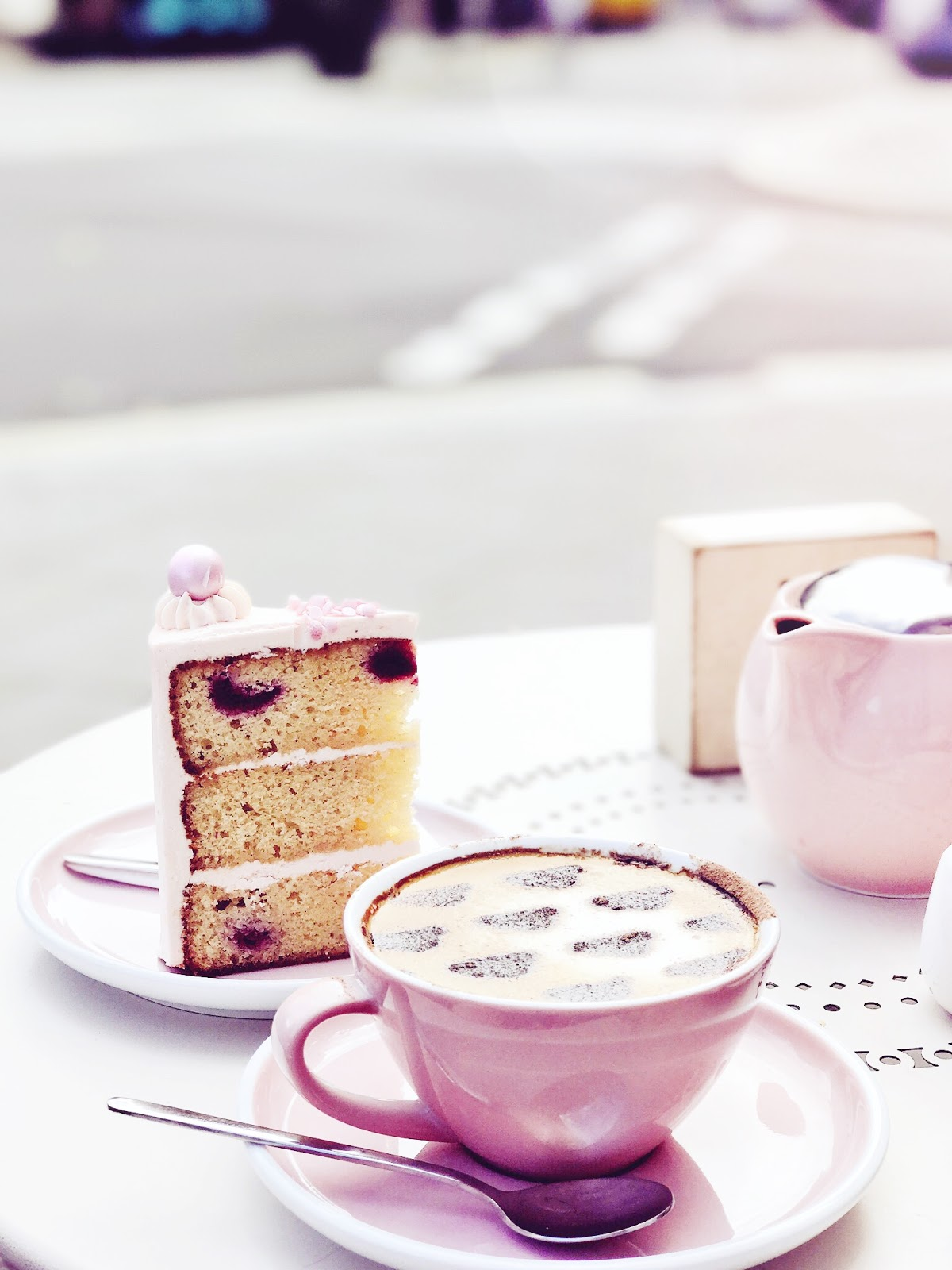 Bijuleni - 7 Instagram Perfect Brunch and Coffee Spots in London - Peggy Porschen Cakes - cafe latte