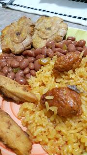 Puertorikanisch kochen: Reis mit Longaniza, Bohnen und Tostones