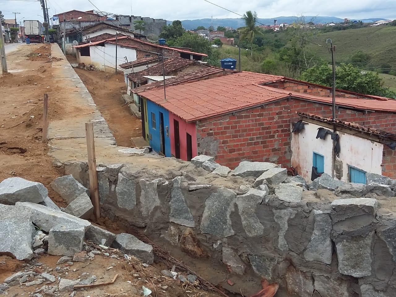 ENCOSTA CAI EM OBRA DO 'AMARGOSA TOP' E PREOCUPA MORADORES DA AVENIDA SÃO CRISTÓVÃO