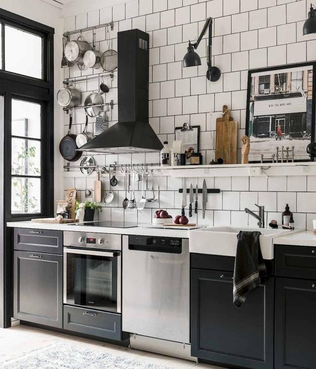 Le cucine nere sono uno dei trend di quest'anno. Hanno carattere, eleganza e una certa raffinatezza, eppure il nero non è il primo colore che viene in mente quando si progetta una cucina. Qualunque sia il tuo stile di arredamento, dai uno sguardo a questi fantastici ambienti tra i più intriganti visti sul web
