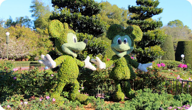 Magic Kingdom Park / Mickey Mouse e Minnie no jardim