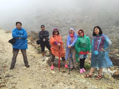 foto bersama ditengah hamparan bebatuan gunung Papandayan