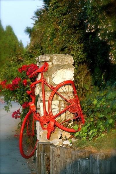 Kalau yang ini, sepeda jadi pintu gerbang. Atau sekadar jadi pembatas gerbang? Gak jelas, tapi menarik.