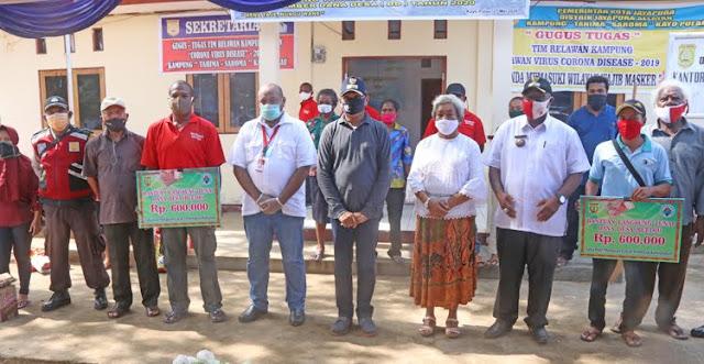 Benhur Tomi Mano Serahkan Bantuan ke Warga di Tahima Soroma