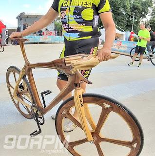 Bici da corsa costruita totalmente in legno al Cyclopride Day