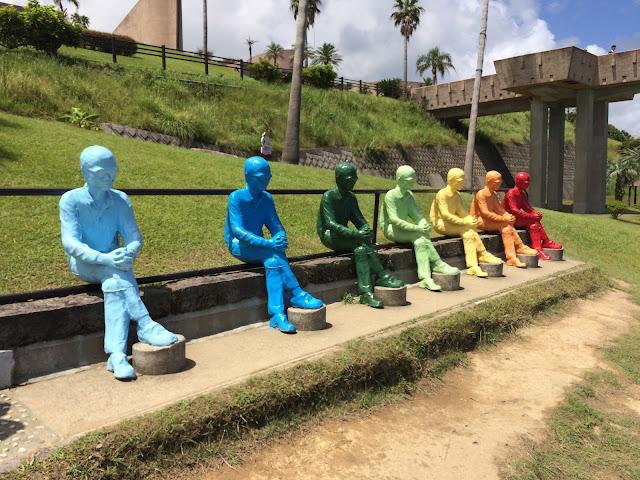 七色のオブジェ モアイがいるサンセット日南へ【宮崎観光】