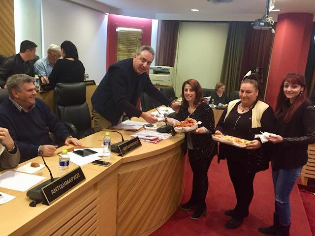 Κέρασαν Ποντιακά εδέσματα κατά τη διάρκεια δημοτικού συμβουλίου