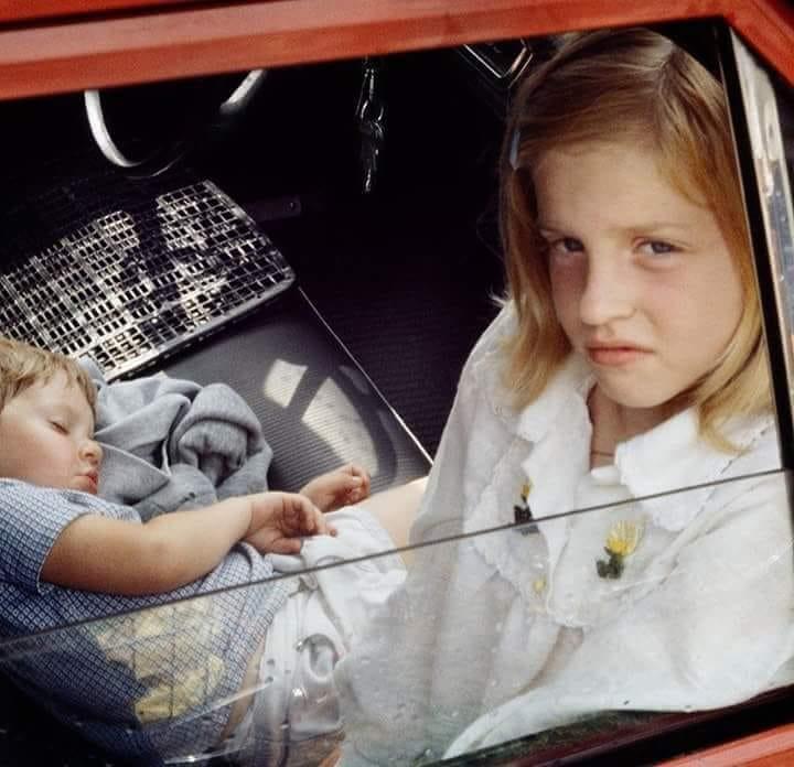 Niños en interior de coche observados desde la ventanilla