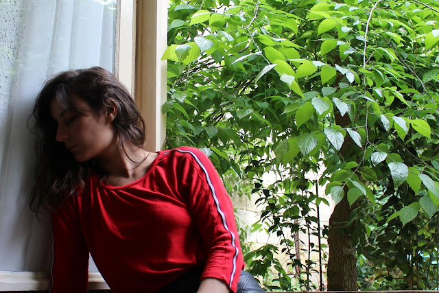 Ootd d'un look faussement streetwear avec tee shirt à manches longues rouges Stradivarius