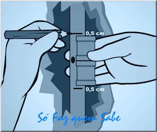 Fazendo a marcação para cortar o cano furado da parede