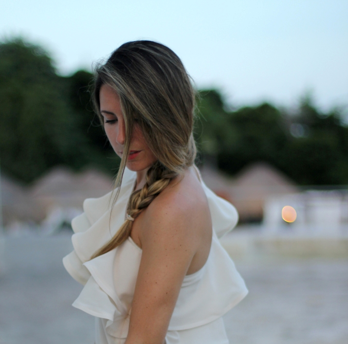 Outfit with ruffles asymmetrical top, leopard shorts and envelope clutch by fashion blogger Mónica Sors