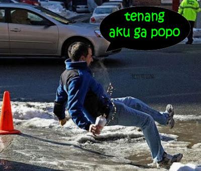 orang jatuh lucu terpeleset di salju jalan
