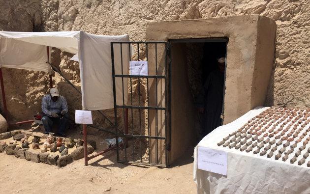 Plus de 1000 statuettes et 10 sarcophages découverts dans une tombe de l'ère pharaonique à Louxor