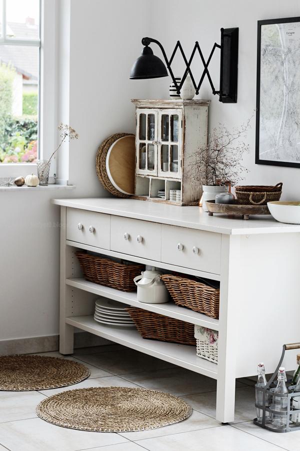 Kücheneinrichtung in Schwarz Weiß Holz mit leichten New Boho Elementen, Küchenschrank von Ikea