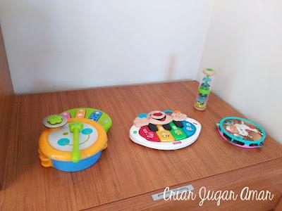 En la adaptación de nuestra casa a Montessori también hemos creado un rincón de la música.