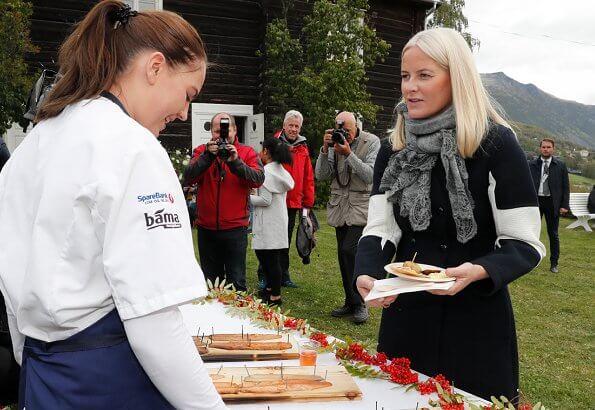 Crown Prince Haakon and Crown Princess Mette-Marit visited the Ullinsvin Culture Center in Vågåç navy blue coat