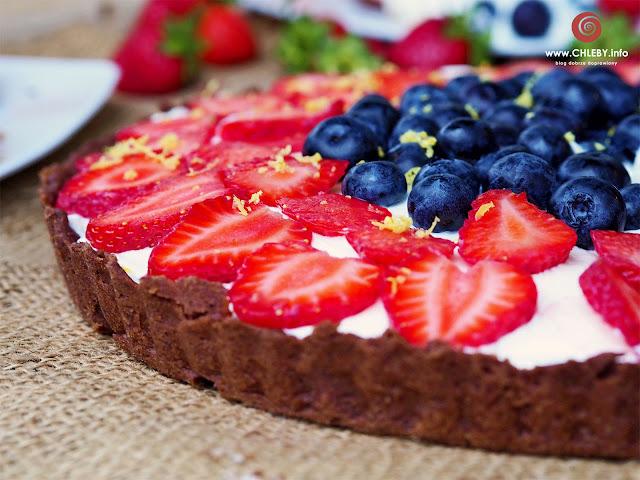 Czekoladowa tarta z kremem cytrynowym, mascarpone i owocami