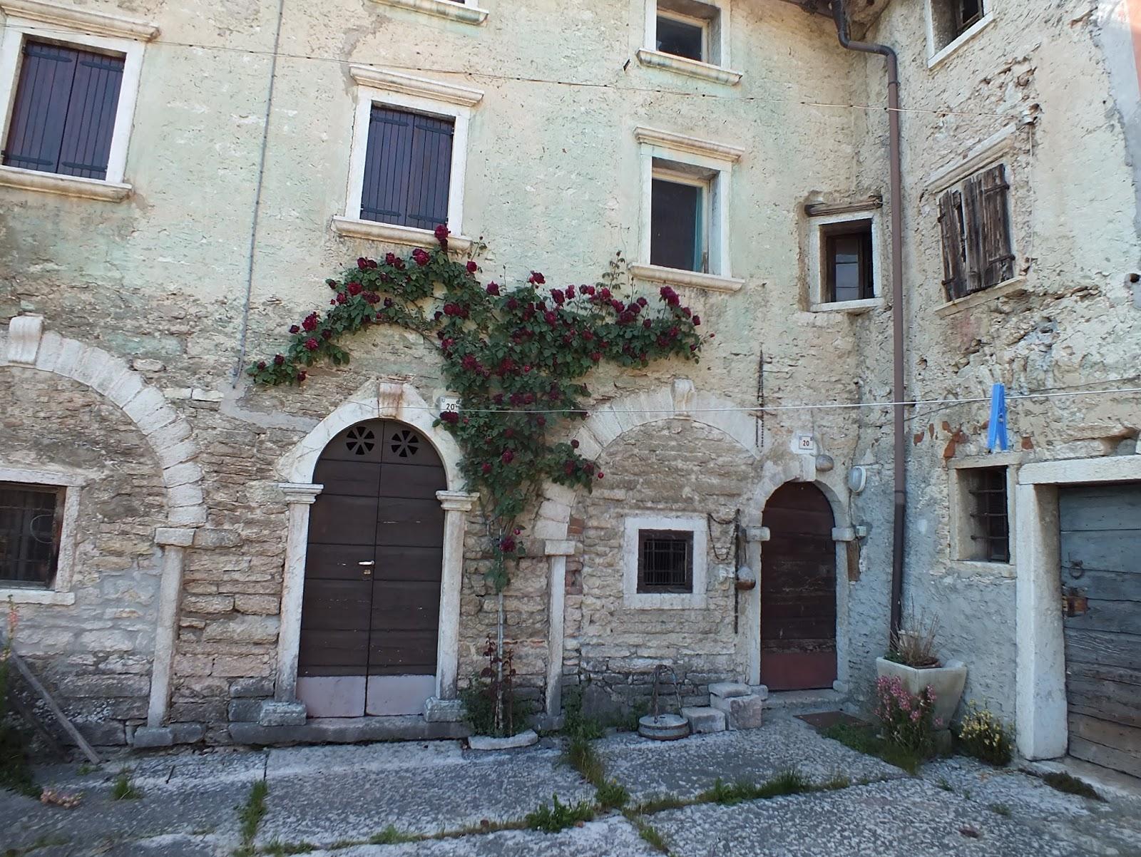 Case In Pietra Antiche : Belle vecchie case di pietra in villaggio antico spagnolo u stock