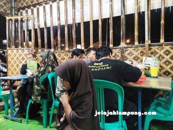 pengunjung warung makan mak nyak