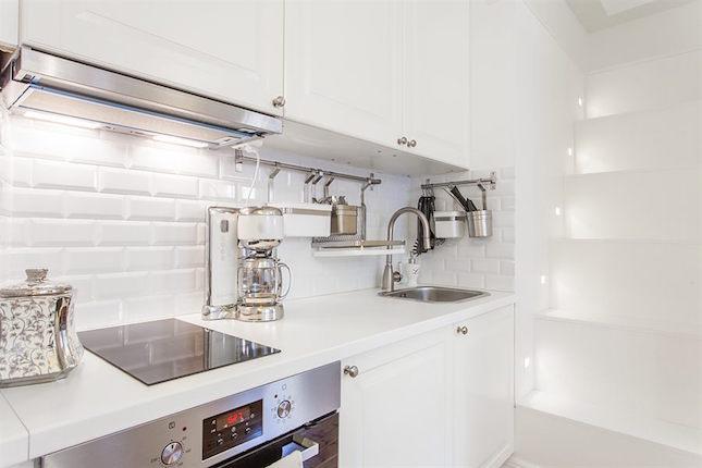 cocina blanca de un pequeño piso