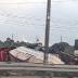 Carreta carregada com grãos tomba e interdita trecho da BR-116 em Fortaleza