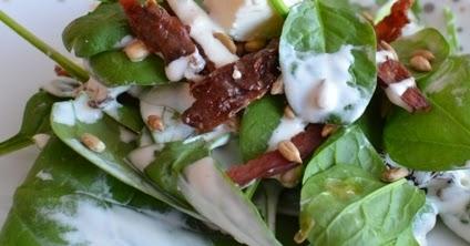 Uwielbiam Gotowac Salatka Z Boczkiem Szpinakiem Feta I Suszonymi