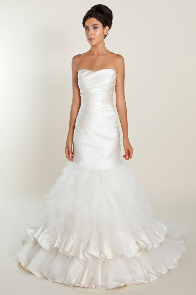 07 wedding dress with feathers Have you realized that feathers are getting increasingly popular among wedding gowns This funny element can really reveal your fashion taste and make a big