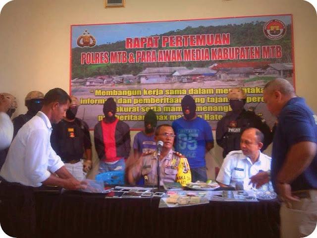 """SAUMLAKI, LELEMUKU.COM – Kepolisian Resor (Polres) Maluku Tenggara Barat, Provinsi Maluku berhasil menangkap komplotan pelaku pencurian handphone (HP) dan laptop yang selama ini meresahkan warga.  Menurut Wakil Kepala Polres (Wakapolres) MTB, Kompol Sebastian Melsasail saat konferensi pers di Ruang Rapat Mapolres MTB, Rabu (28/02) siang aksi pencurian yang dilakukan oleh 3 (tiga) orang pemuda.   Mereka beraksi dari tahun 2017 hingga 2018 di Saumlaki, Kecamatan Tanimbar Selatan dan Larat, Kecamatan Tanimbar Utara.   """"Pencurian handphone yang terjadi selain di Saumlaki juga Larat. Kalo di Larat, pencurian malah terjadi didalam rumah Ketua Klasis Tanimbar Utara,"""" ujar Wakapolres dihadapan wartawan.  Menurut Melsasail, para pelaku yang masih dibawah umur ini ditangkap oleh pihaknya dalam jangka waktu kurang dari satu minggu.  """"Ketiga pelaku masih berusia rata-rata 17 tahun. Mereka kami amankan dan proses sesuai dengan aturan yang berlaku terkait dengan barang bukti yang telah ditemukan,"""" ujar dia.  Dari hasil penangkapan, polisi menyita 22 unit HP, 1 unit ponsel tablet dan 1 unit laptop serta uang tunai sebesar Rp500.000.   Sementara ia juga menghimbau kepada warga yang merasa kehilangan telepon seluler (ponsel) maupun laptop dalam jangka waktu 1 tahun terakhir ini agar dapat menghubungi Polres MTB.  """"Bagi masyarakat yang merasa kehilangan HP dan juga Laptop agar segera laporkan kepada kami dengan membawa kotak HP dan surat-surat pembeliannya. Sehingga kita dapat buktikan kepemilikan dari HP tersebut, melalui nomor seri maupun IMEI-nya,"""" imbau Wakapolres. (Anna Aurmatin/Eva Bembuain)"""