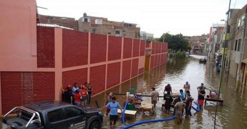 Con motobombas y cisternas evacuan agua de colegios inundados por lluvias en Chiclayo - DRE Lambayeque