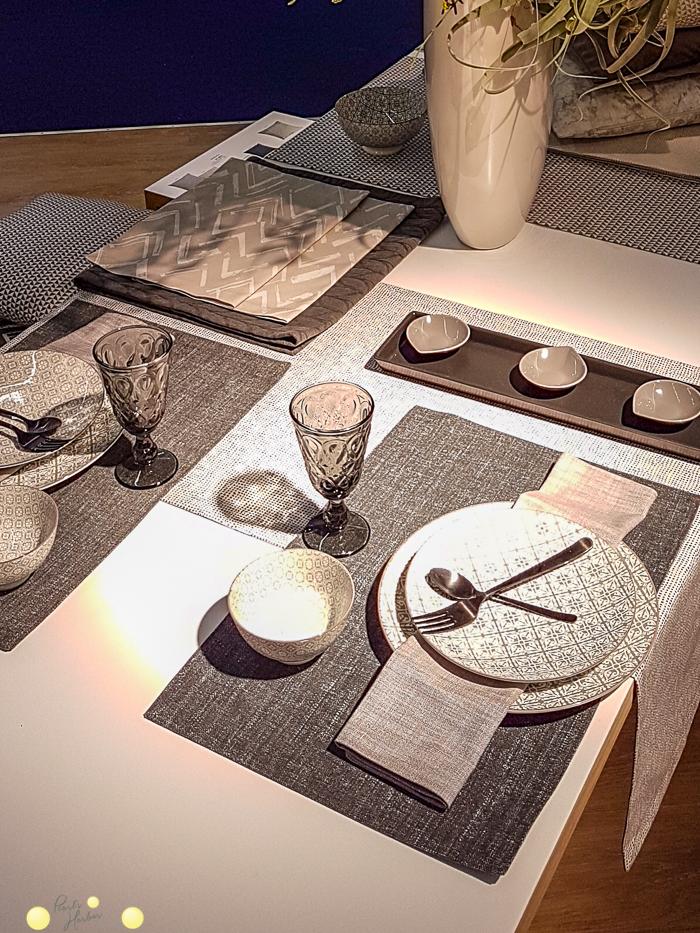 Gedeckter Tisch mit Servietten und Tischsets der Fa. Sander