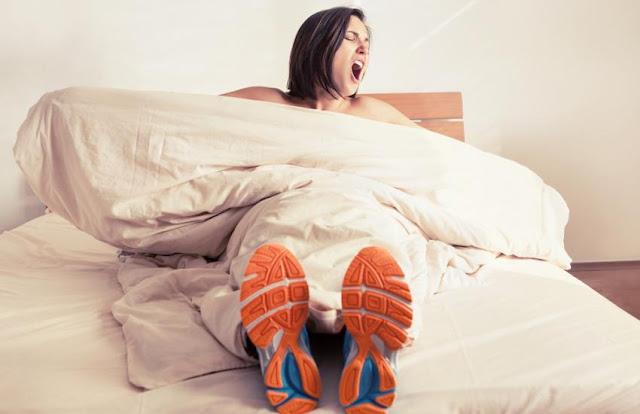 4 exercices physiques à faire au réveil dans son lit