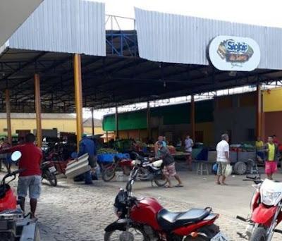 Parte da estrutura metálica da cobertura da feira-livre de Cuité cai e por pouco não causa  acidente