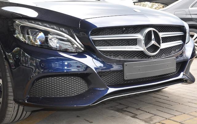 Mercedes C200 sử dụng Lưới tản nhiệt 2 nan với Logo Mercedes chính giữa.