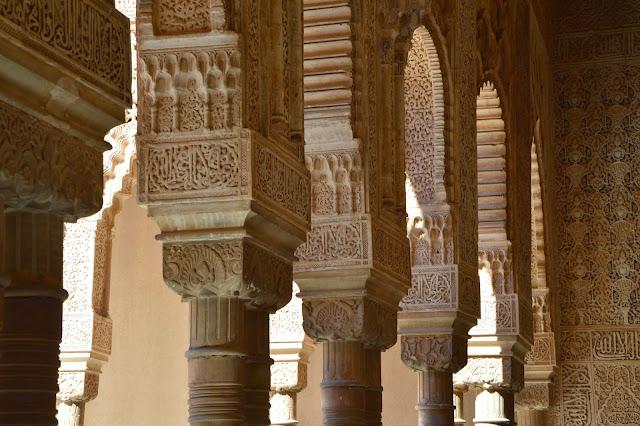 Alhambra arabskie napisy na kolumnach
