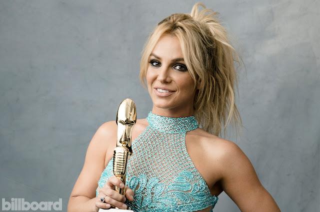 Britney recebendo o prêmio de artista do milênio.