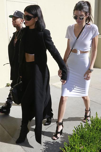 Pakai Baju Putih Transparan, Kendall Jenner Pamer Tindikan Payudara