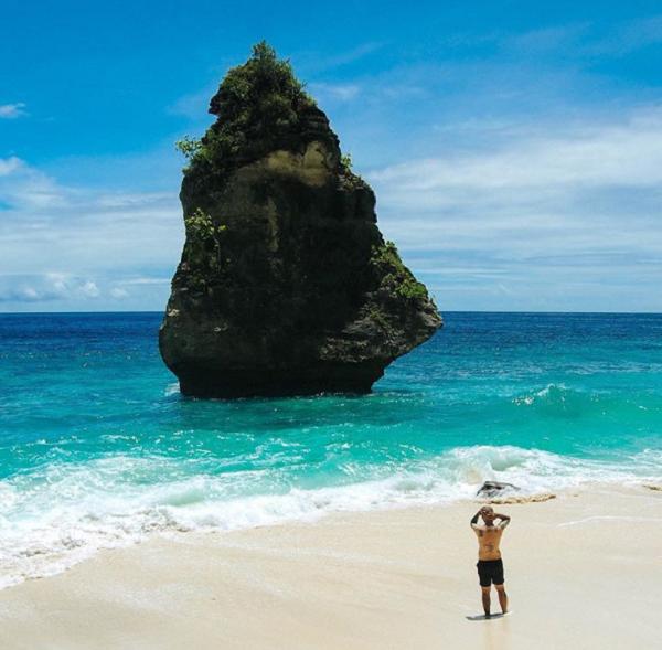 Tempat Wisata Terindah Paling Hits di Nusa Penida Pantai Suwehan