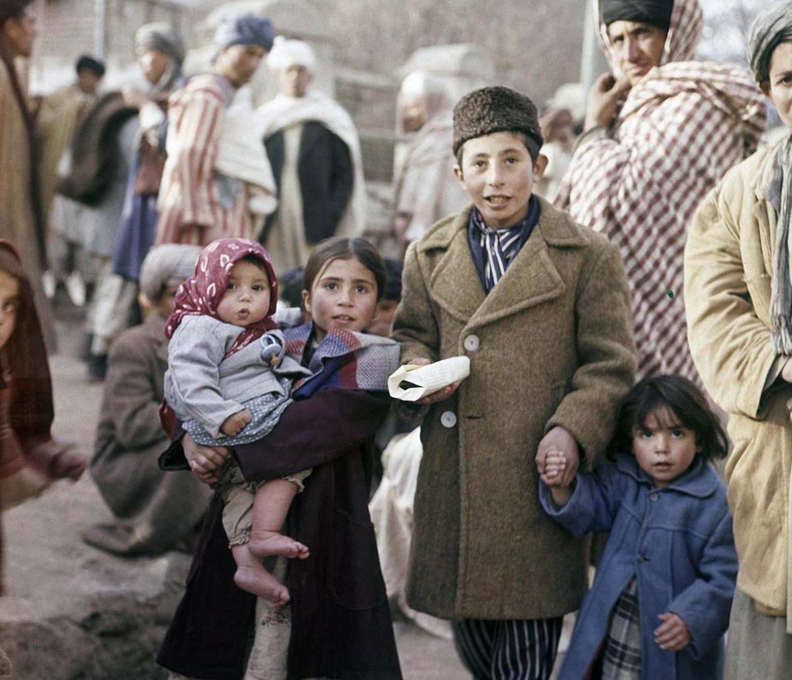 Niños en una calle de Kabul, noviembre de 1961.