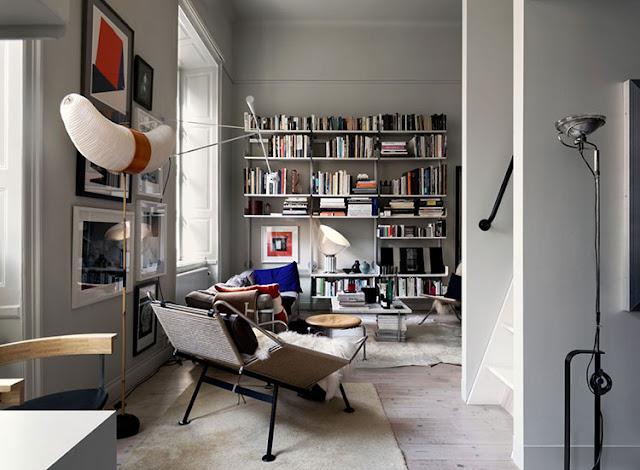 Stil nordic contemporan și dormitor la mezanin într-un loft din Stockholm